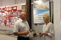Burmistrz Marek Długozima wraz z żoną Jerzego Ostrowskiego - Haliną Ostrowską.