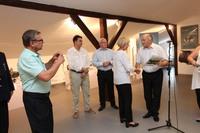 Burmistrz Marek Długozima podziękował Halinie Ostrowskiej za zaangażowanie w otwarcie wystawy.