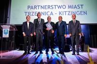 Wspólne zdjęcie gospodarzy partnerskich miast wraz z Honorowym Obywatelem Trzebnicy.