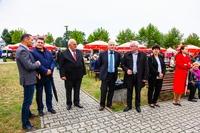 Burmistrz Marek Długozima i starosta Waldemar Wysocki wraz z radnymi Rady Miejskiej.