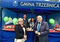 Burmistrz Marek Długozima oraz Beata Kempa przy stoisku promocyjnym Gminy Trzebnica.