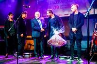Burmistrz Marek Długozima podarował muzykom z zespołu Zakopower  kosz jabłek i lokalnych specjałów  i podziękował za wspaniały występ.