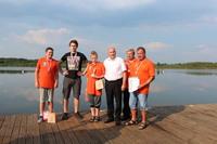 Pamiątkowe zdjęcie medalistów z burmistrzem Markiem Długozimą.