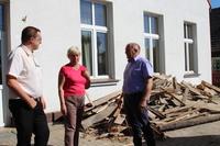 Remont świetlicy wiejskiej w Skoroszowie wizytował burmistrz Marek Długozima wraz z sołtys Anną Maśluk i Stanisławem Koszałko z wydziału techniczno-inwestycyjnego.