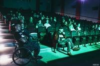 """Zgromadzona publiczność nagrodziła wykonawców gromkimi brawami. Wśród nich znalazł się muzyk Tomek """"Kowal"""" Kowalski, który jest wiernym fanem trzebnickich zespołów."""