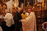 Przed rozpoczęciem mszy św. w imieniu mieszkańców Trzebnicy oraz własnym burmistrz Marek Długozima przywitał serdecznie najdostojniejszego gościa - Jego Ekscelencję Ks. Biskupa Jacka Kicińskiego i podziękował za udział w pielgrzymce trzebniczan do grobu Księżnej.