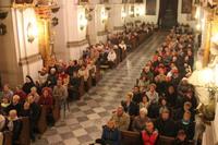 Wierni wysłuchali homilii, w której bp Jacek Kiciński podkreślał miłosierną postawę Patronki Trzebnicy wobec bliźniego.