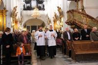 Kilkanaście tysięcy pielgrzymów przybyło do Trzebnicy, by modlić się przy grobie św. Jadwigi. W nabożeństwie uczestniczyli: minister Beata Kempa, burmistrz Marek Długozima oraz zastępca prezesa SM Piotr Okuniewicz.