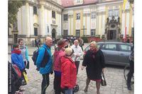 Szefowa Kancelarii Prezesa Rady Ministrów - minister Beata Kempa wita się z rowerową grupą pielgrzymkowa z Wrocławia.