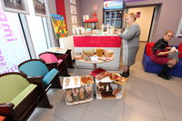 W holu Gminnego Centrum Kultury wystawiono prace uczestników Warsztatów Terapii Zajęciowej.