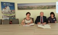 Burmistrz Marek Długozima i Regina Bisikiewicz, prezes Fundacji Polski Instytut Otwartego Dialogu podczas podpisania listu intencyjnego o współpracy Gminy Trzebnica z fundacją.