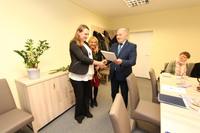 Akt nadania stopnia awansu zawodowego nauczyciela z rąk burmistrza odebrała Justyna Popiel ze Szkoły Podstawowej nr 2...