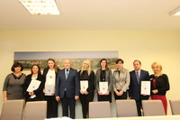 Pamiątkowe zdjęcie nominowanych nauczycielek wraz z dyrektorami placówek oświatowych i burmistrzem.