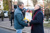Burmistrz Marek Długozima wręczył podziękowanie za wykonanie cokołu Pawłowi Rutkowskiemu.