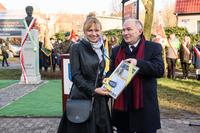 Wręczenie  dyrektor Gimnazjum nr 1 Elżbiecie Nowak symbolicznego  aktu przekazania w opiekę uczniom i kadrze nauczycielskiej,  pomnika generała Ryszarda Kuklińskiego.