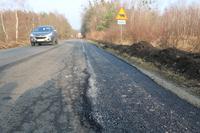 Obecnie trwają prace związane z przygotowaniem nabrzeży drogowych włącznie z położeniem nawierzchni asfaltowej.