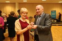 Tradycyjne dzielenie się opłatkiem burmistrza z panią Maria Korzeniowską.