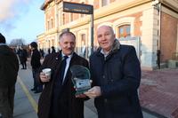 Dyrektor DSDiK Leszek Loch przekazuje podziękowanie za wsparcie przeprowadzonego remontu na ręce Burmistrza.