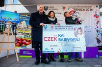 Na ręce Kai i jej rodziców państwa Elwiry i Kamila Bajewskich, burmistrz Marek Długozima przekazał czek o wartości 16 900 zł oraz roczny karnet na basen.