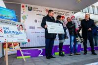 Dyrektor trzebnickiego oddziału Banku PKO (Sponsora Głównego) Andrzej Łoposzko wręczył rodzinie Bajewskich czek o wartości 10 000 zł.