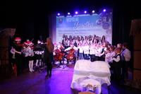 """Spektakl otworzyła orkiestra smyczkowa z Gminnej Szkoły Muzycznej, która wykonała kolędę """"Cicha noc"""", a uczniowie ze Szkoły Integracyjnej wykonali ją w języku migowym."""