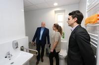 Łazienkę wyposażono w dwie toalety, uchwyty przy toalecie i pod prysznicem, umywalkę i prysznic z krzesełkiem. Wszystko po to, by ułatwić korzystanie z niej osobą starszym oraz niepełnosprawnym.