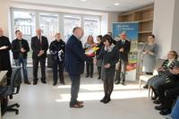 Burmistrz wręczył podziękowanie Ewie Brzegowskiej- koordynatorce projektu z ramienia Urzędu Miejskiego.