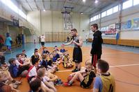 Specjalne treningi dla dzieci i młodzieży przeprowadził Kacper Lachowicz – znany konferansjer i trener koszykówki, który zaraża pozytywną energią i doskonale motywuje młodych zawodników do ciężkiej pracy.