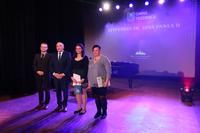 Pamiątkowe zdjęcie stypendystki z mamą, burmistrzem Markiem Długozimą i sekretarzem Danielem Buczakiem.