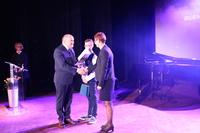 Burmistrz gratuluje wzruszonej mamie Pawła - Pani Agnieszce.