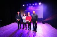 Marcin wraz z dumnymi rodzicami - Panią Małgorzata i Panem Zdzisławem na wspólnym zdjęciu z burmistrzem Markiem Długozimą.