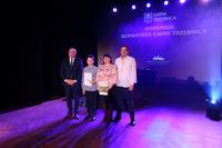 Na zdjęciu Błażej wraz z burmistrzem i rodzicami - Panią Moniką i Panem Romanem.