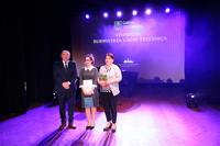 Pamiątkowe zdjęcie Aleksandry wraz z burmistrzem i mama - Panią Anną.