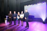 Na zdjęciu stypendystka wraz z rodzicami, burmistrzem Markiem Długozimą i Sekretarzem Danielem Buczakiem.