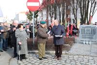 Stanisław Idźkowski otrzymuje podziękowanie od burmistrza Marka Długozimy.
