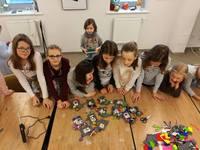 W pracowni rękodzieła dzieci wykonały ramki z filcu, które wypełniły zdjęciem zrobionym polaroidem.