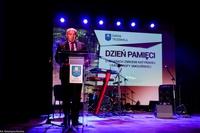 Podczas uroczystości Burmistrz Marek Długozima wygłosił przemówienie, w którym oddał hołd ofiarom Zbrodni Katyńskiej i tragedii smoleńskiej.