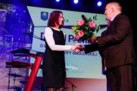 Kwiaty i podziękowania za przygotowanie dzieci do programu artystycznego otrzymała z rąk burmistrza pani Krystyna Janowska.