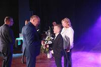 Tomasz Styrna ze Szkoły Podstawowej w Kuźniczysku wraz z mamą odbiera statuetkę i list gratulacyjny z rąk burmistrza.