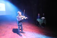 """artysta zagrał również na skrzypcach """"I flay with you"""" dj Agostino."""