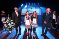 Zwyciężczynie XVII Trzebnickiego Samorządowego Konkursu Nastolatków Ośmiu Wspaniałych wraz z burmistrzem Markiem Długozimą i członkiem kapituły ks. Maciejem Szeszko.
