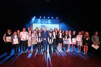 Uczestnicy XVII Trzebnickiego Samorządowego Konkursu Nastolatków Ośmiu Wspaniałych wraz z burmistrzem Markiem Długozimą.
