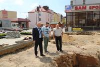 Teren budowy wizytował burmistrz Marek Długozima. Na zdjęciu wraz z Pawłem Jędrzejewskim z wydziału TI oraz kierownikiem budowy.
