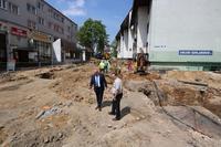 Teren budowy wizytował burmistrz Marek Długozima. Na zdjęciu wraz z Pawłem Jędrzejewskim z wydziału TI.