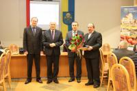 Sołtys Małuszyna - Franciszek Pietras odebrał list gratulacyjny i prezent z okazji 15-lecia pełnienia funkcji sołtysa