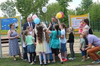 Niespodzianką dla dzieci było przekazanie zabawek na plac zabaw ufundowanych przez burmistrza Marka Długozimę.