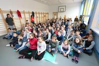 Dzieci z zainteresowaniem wysłuchały kolarskich opowieści.