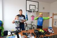 Marek Szewczyk oraz Bogusław Zieliński zaprezentowali wyposażenie każdego kolarza i opowiedzieli o tym, jak przygotowują się do zawodów.