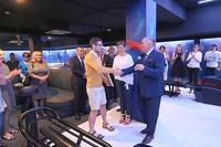 PIOTR Ślęzak z firmy  HES S.C. odbiera podziękowanie z rąk burmistrza.