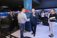 Podziękowanie za wykonanie wentylacji i klimatyzacji burmistrz wręczył Kamilowi Kosteckiemu z firmy KLIMWENT.
